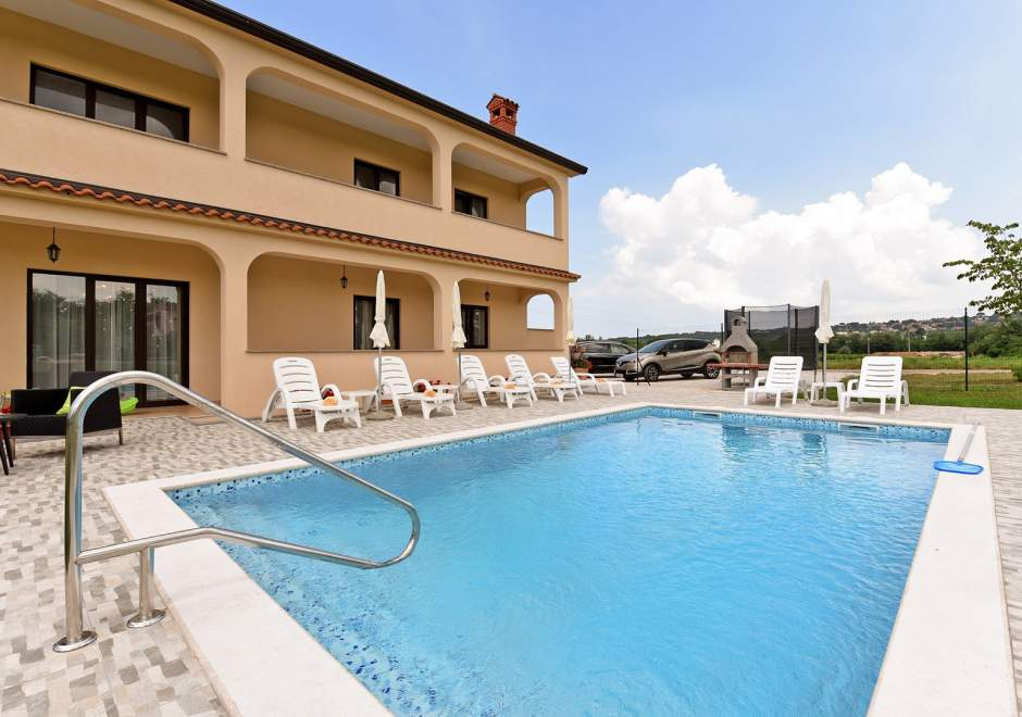 Apartment Dvori with Private Pool and BBQ