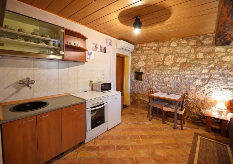 Studio Ferienwohnung Legovic mit Terrasse