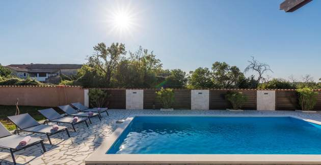 Holiday House Jurici with private pool