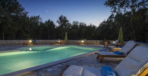 Villa Ana with shared Pool in Resort Vlakovo