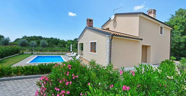 Surrounded by Olive Groves, Vineyards and Bicycle Paths - Villa Paris III