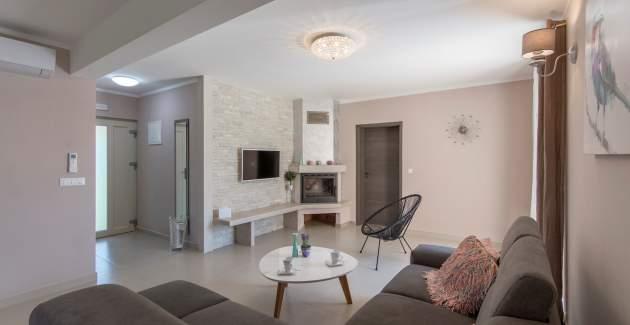 Villa Contessa with Beautiful Garden and Fireplace