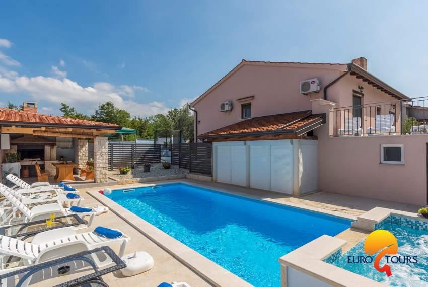 Appartamento Leon con tre camere da letto con piscina e giardino