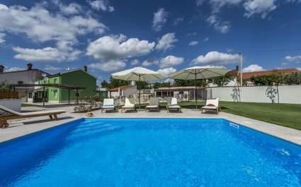 Geräumige Villa Deal mit eigenem Pool und eingezäunten Garten