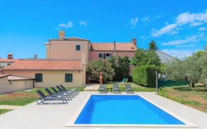 Ferienhaus Flora mit privatem Pool