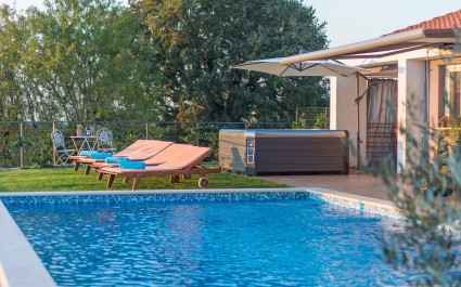 Modern Villa di Rovigno with Pool, Whirlpool and Garden