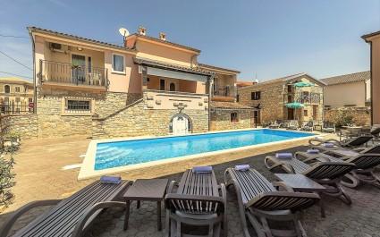 Appartamento Noemi I - a Villa Valtrazza con piscina in comune