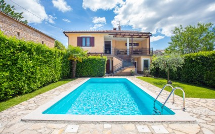 Villa Leon, wunderbares Familienapartment mit Pool
