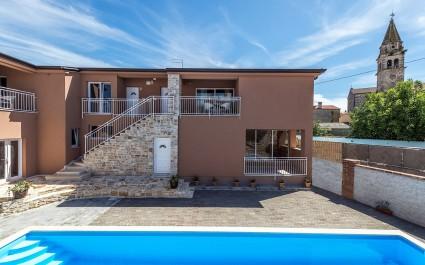 Moderno appartamento Noemi II a Villa Valtrazza con vista piscina