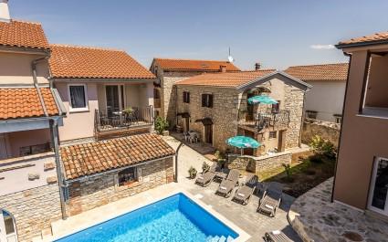 Appartamento Fiorela I a Villa Valtrazza al piano terra con piscina in comune