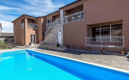 Grazioso appartamento decorato in stile rustico Fiorela II a Villa Valtrazza con piscina comune