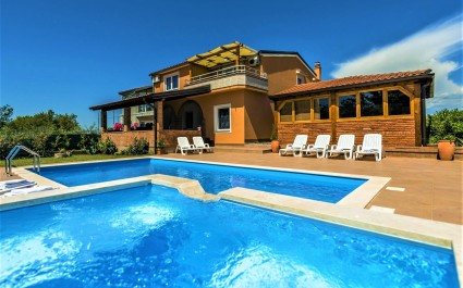 Appartamento Visnjan III con terrazza di fronte alla piscina