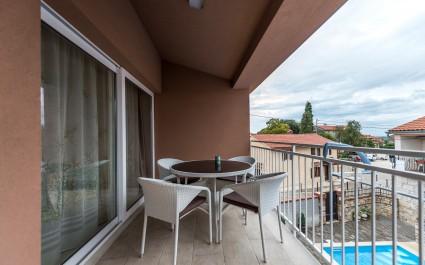 Appartamento Noa III a Villa Valtrazza con balcone e vista piscina