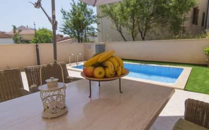 Apartment Mia with heated pool in Makarska