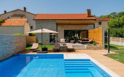 Villa Kameni Dvori with heated pool in Imotski