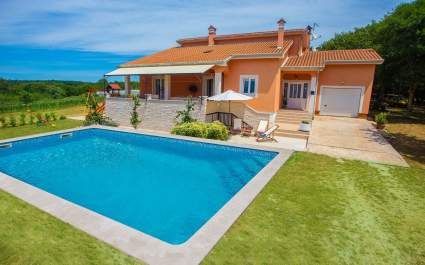 Lovely Holiday House Tana with Pool