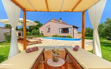 Villa Agri con ampio giardino e piscina, vicino a Pula