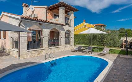 Villa Evelyn with Pool and Fenced Garden