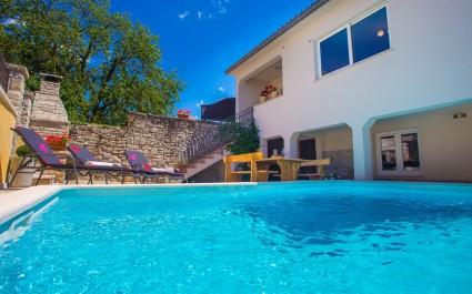 Udobna Vila Kris s bazenom u Mrgani