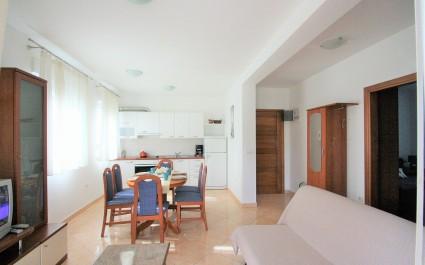 Geräumiges Apartment Mendikovic mit 2 Schlafzimmern und mit Terrasse