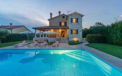 Spaziosa Villa Nikka con bellissimo Giardino e Piscina