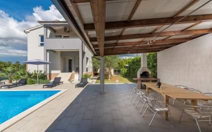 Dvosobni apartman Leko III s balkonom, zajedničkim bazenom i vrtom