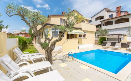 Three-Bedroom Apartment Sani I with Shared Pool and Hot Tub