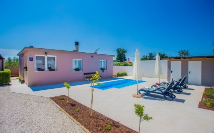 Nice Holiday Home Lory with Pool near Pula