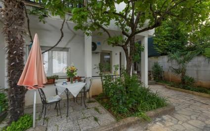 Jednostavno namješten studio apartman Karlo u blizini prekrasne plaže i centra grada