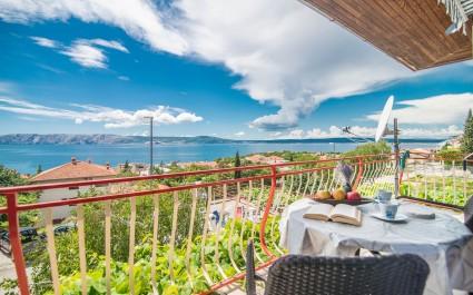Apartman Suzy s Balkonom, pogledom na more i zajedničkim bazenom u Novom Vinodolskom