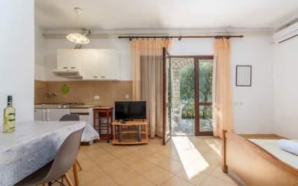 Studio Apartment Mirjana II with covered Terrace