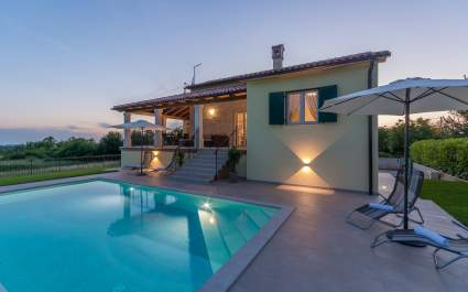 Novosagrađena moderna Villa Kiara s bazenom