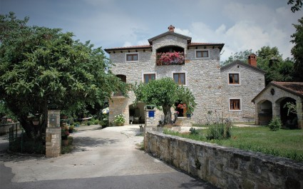 Two-Bedroom Apartment Hrvatin Baderna in Authentic Istrian House