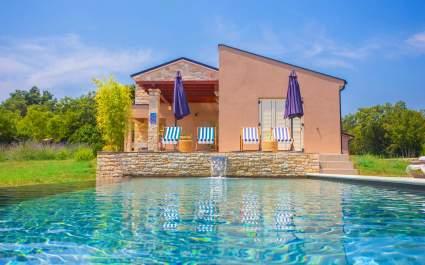 Villa Marten s Ograđenim Vrtom i Privatnim Infinity Bazenom