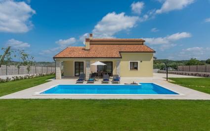 Villa Giovanna in Fuskulin with Pool