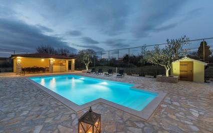 Spaziosa Villa Perkovic con piscina privata e vasca idromassaggio